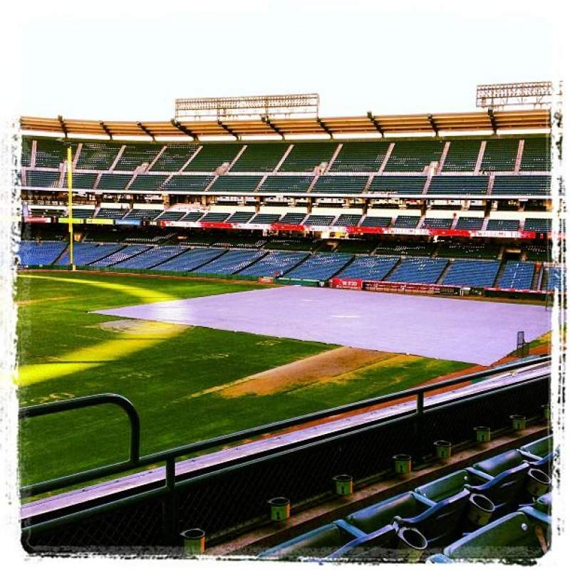 Vista sentada para Angel Stadium Secção 305 Fila C Lugar 14