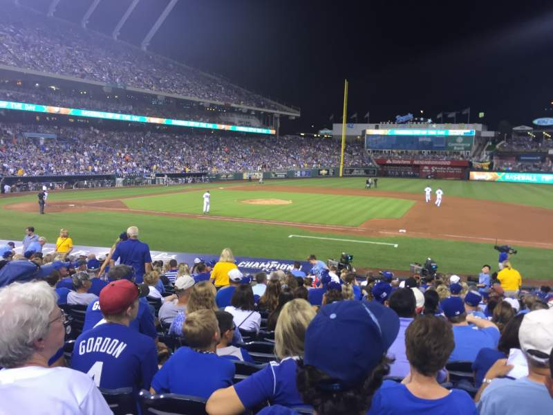 Vista sentada para Kauffman Stadium Secção 136 Fila S Lugar 5
