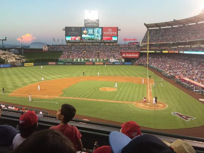 Vista sentada para Angel Stadium Secção 321 Fila C Lugar 8