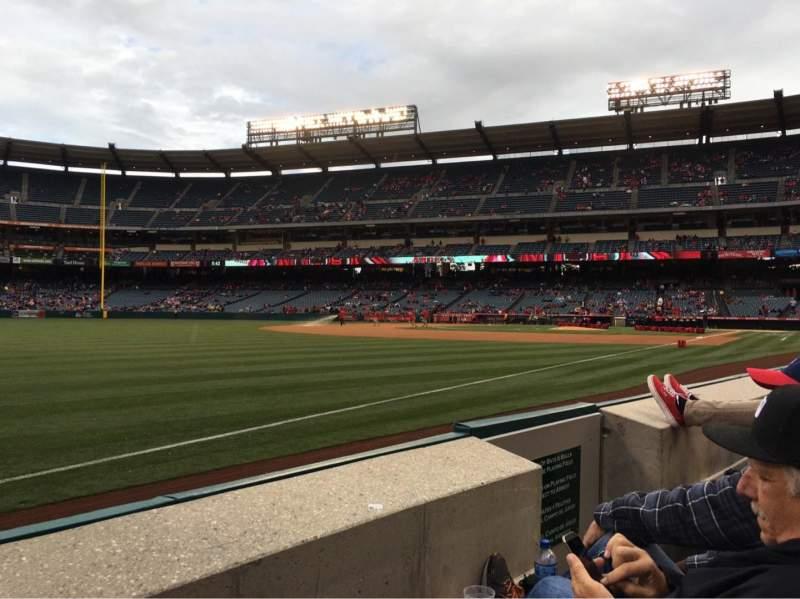 Vista sentada para Angel Stadium Secção 106 Fila B Lugar 13