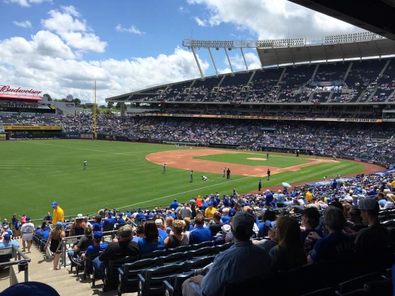 Vista sentada para Kauffman Stadium Secção 210 Fila NN Lugar 13