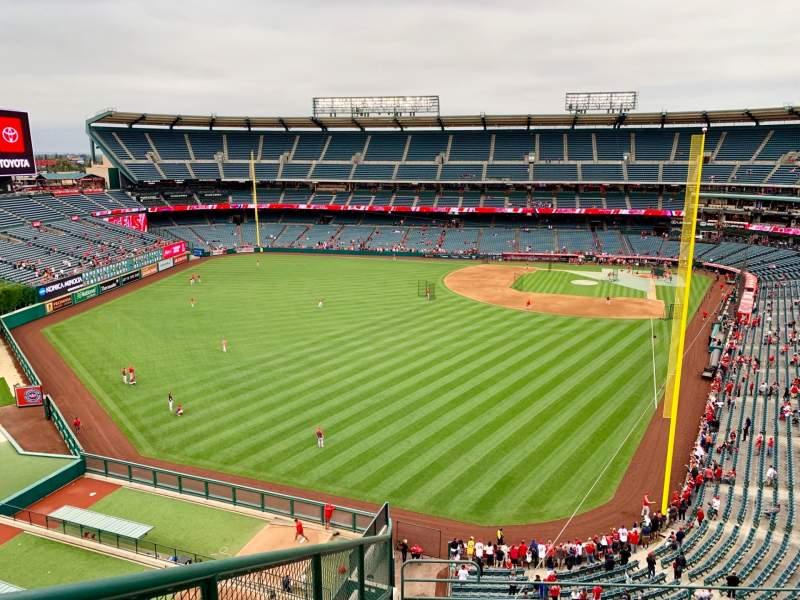 Vista sentada para Angel Stadium Secção 401 Fila F Lugar 9