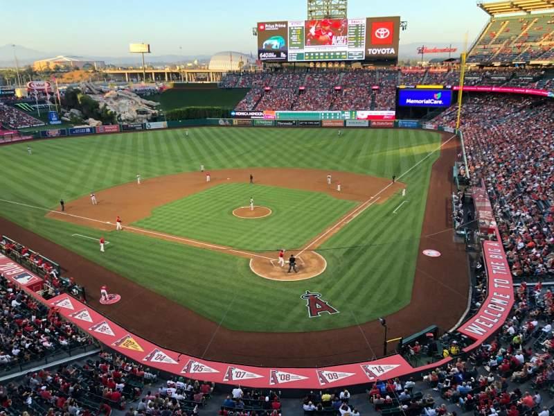 Vista sentada para Angel Stadium Secção 417 Fila A Lugar 7