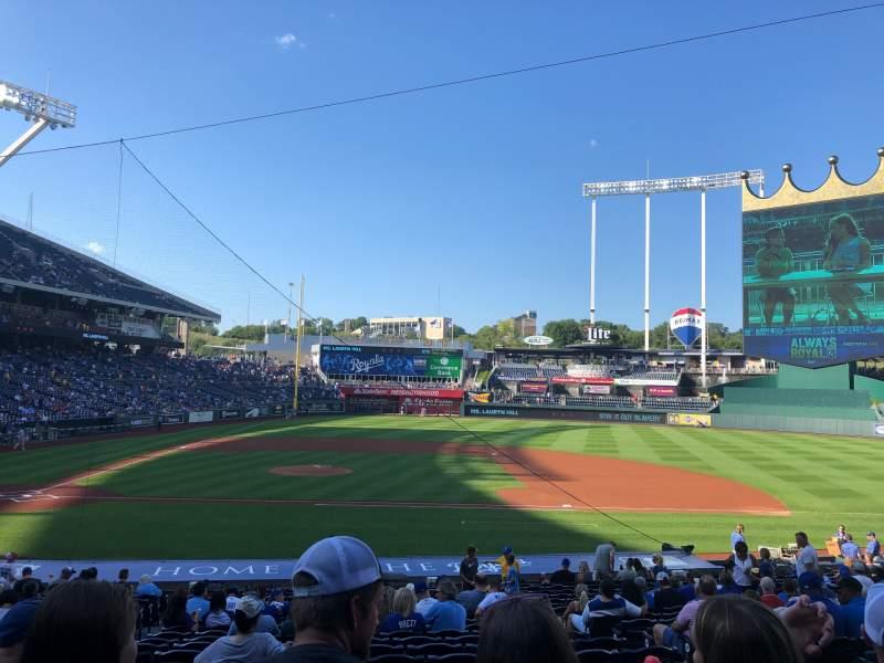 Vista sentada para Kauffman Stadium Secção 134 Fila X Lugar 4