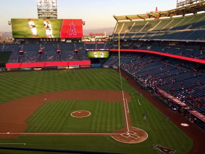 Vista sentada para Angel Stadium Secção V414 Fila D Lugar 8