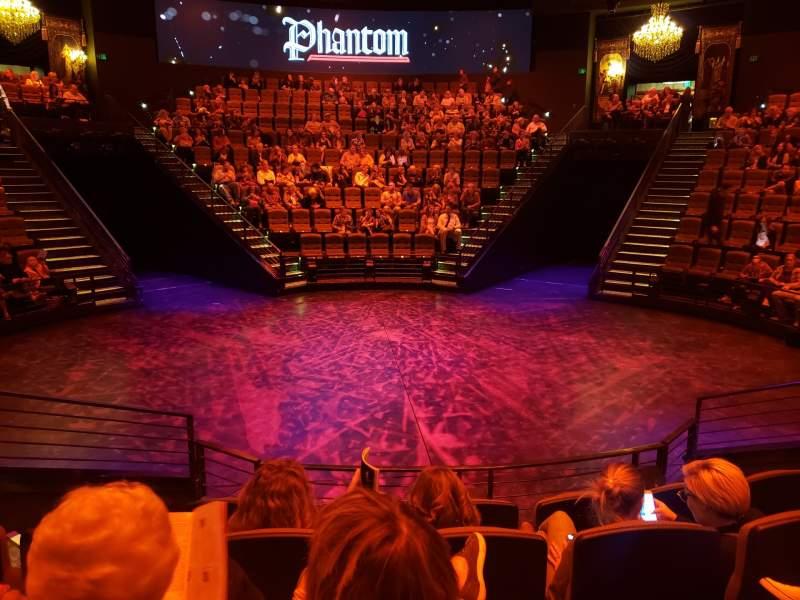 Vista sentada para Jewel Box Stage at the Hale Centre Theatre Secção East Fila 4 Lugar 10