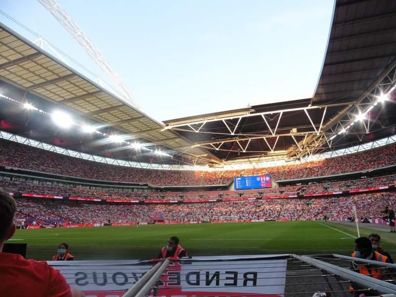 Vista sentada para Wembley Stadium Secção 130 Fila 2 Lugar 230