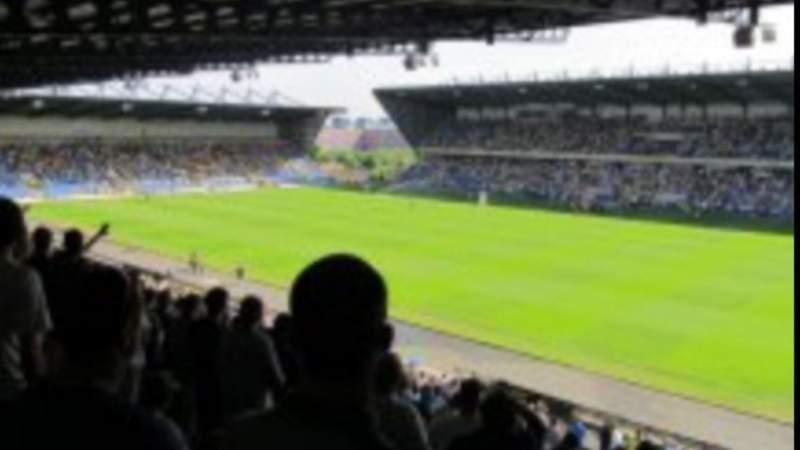 Vista sentada para Kassam Stadium