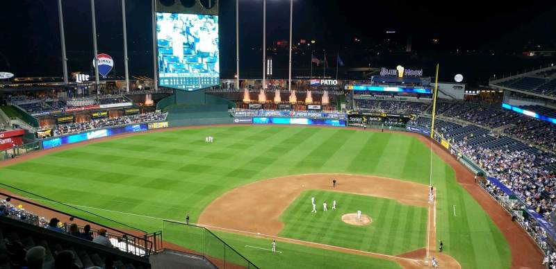 Vista sentada para Kauffman Stadium Secção 413 Fila FF Lugar 21