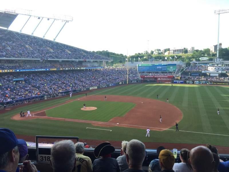 Vista sentada para Kauffman Stadium Secção 319 Fila E Lugar 1-3