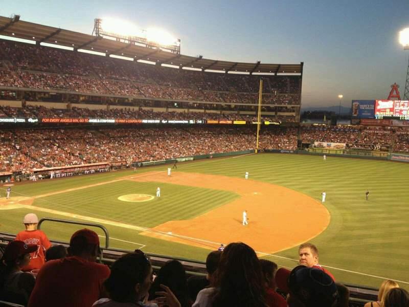 Vista sentada para Angel Stadium Secção 338 Fila E