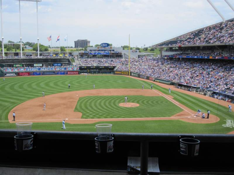 Vista sentada para Kauffman Stadium Secção 307 Fila B Lugar 9