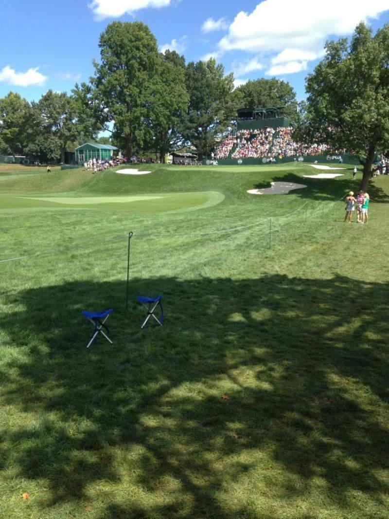 Vista sentada para Oak Hill Country Club Secção 18th Hole