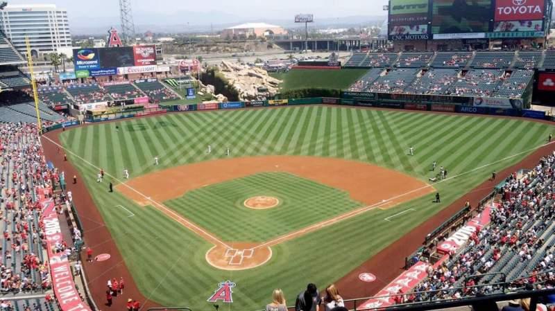 Vista sentada para Angel Stadium Secção 522 Fila B Lugar 10