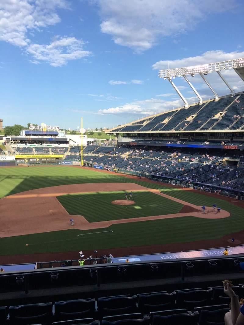 Vista sentada para Kauffman Stadium Secção 305 Fila F Lugar 6