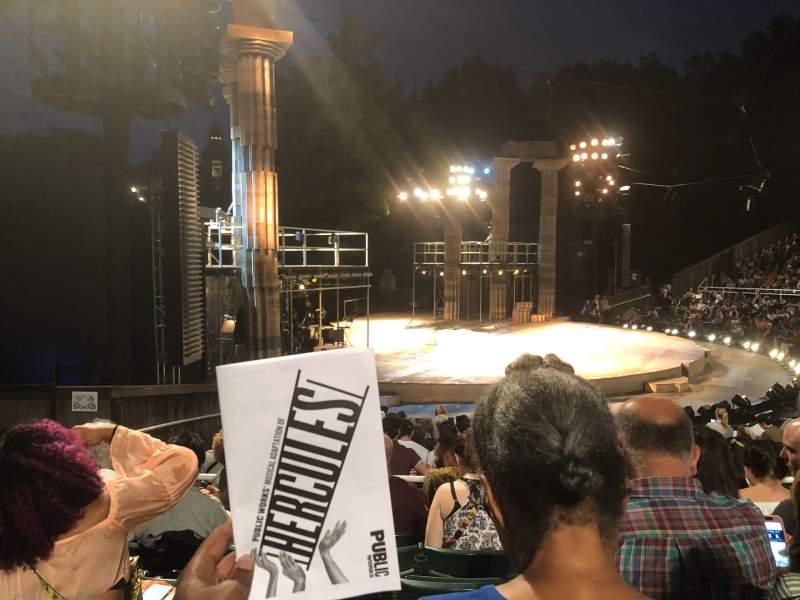 Vista sentada para The Delacorte Theater in Central Park Secção O Fila N Lugar 511