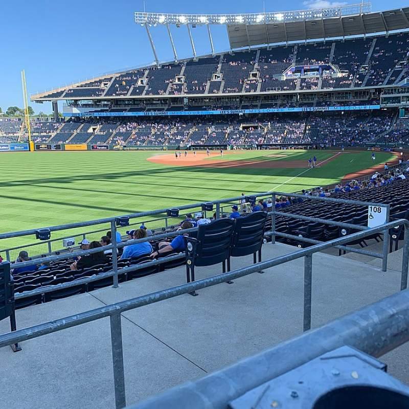 Vista sentada para Kauffman Stadium Secção 208 Fila AA Lugar 10