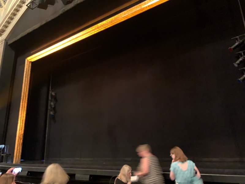 Vista sentada para Ambassador Theatre Secção Orchestra R Fila D Lugar 2